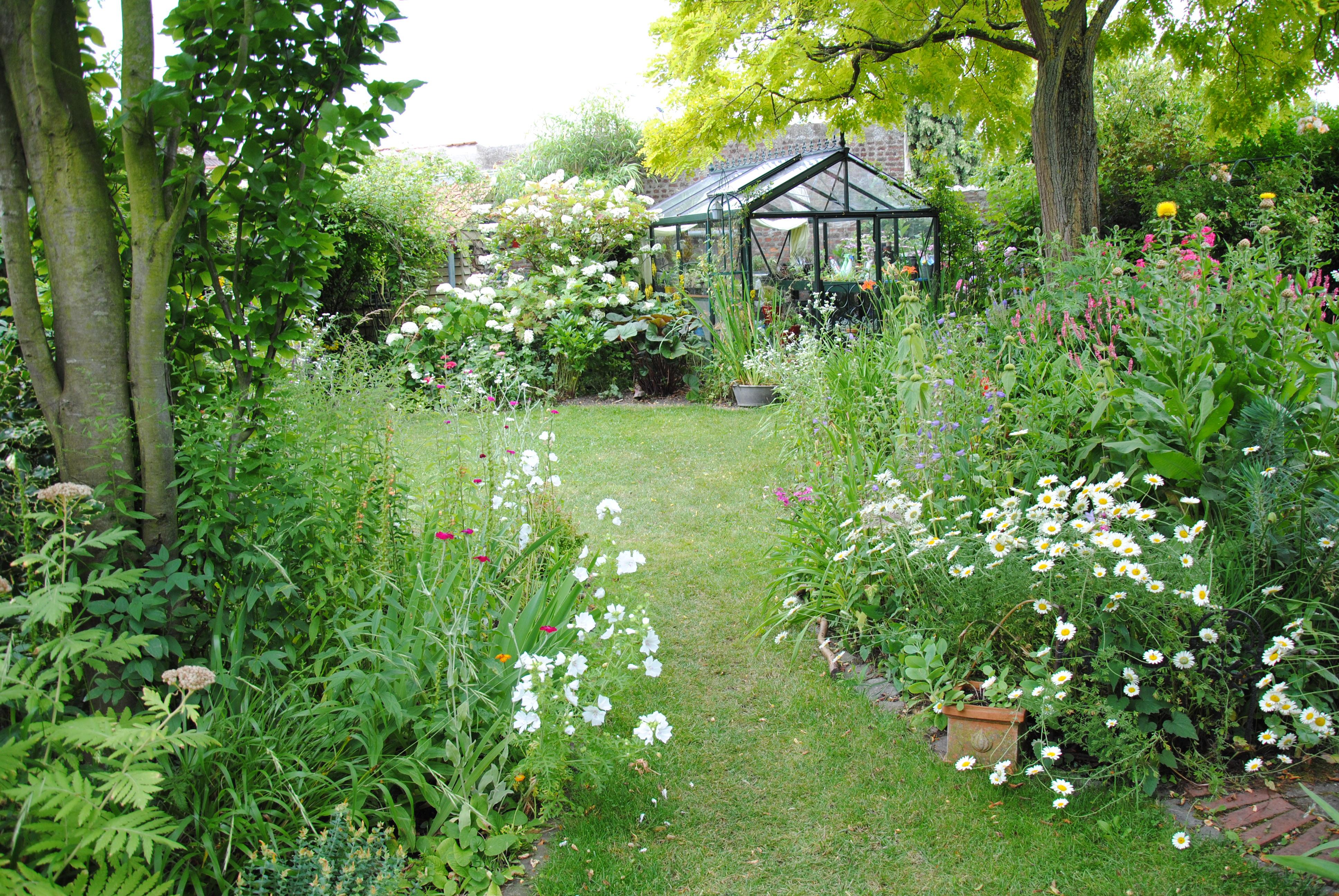 la-petite-serre-accueille-tous-les-semis-dannuelles-au-printemps-c-a-guillaumin
